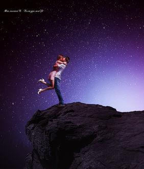 Фото На фоне звездного неба парень и девушка обнимаются