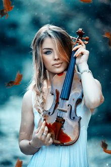Фото Девушка со скрипкой под падающей осенней листвой, фотограф Alessandro Di Cicco