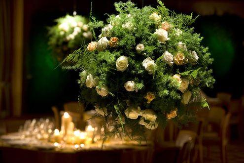 Букет белых роз на столе