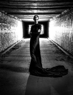 Фото Девушка в длинном платье стоит в длинном коридоре, фотограф Шевченко Юрий