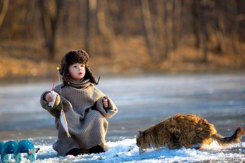 Фото Мальчик с удочкой, на которую поймана рыбка и рядом рыжий кот, фотограф Светлана Квашина