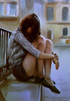 Фото Грустная темноволосая девушка на фоне домов, by mehdic