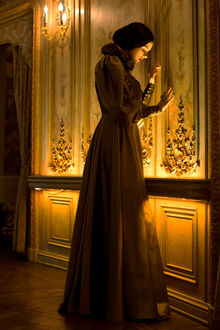 Фото Девушка стоит у стены, by Avine