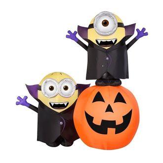 Фото Два миньона из мультфильма Гадкий я / Despicable Me в костюмах Дракулы с энтузиазмом празднуют Хэллоун / Halloween