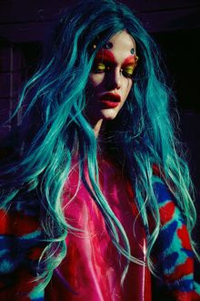 Фото Девушка с голубыми волосами и ярким макияжем, фотограф Jamie Nelson