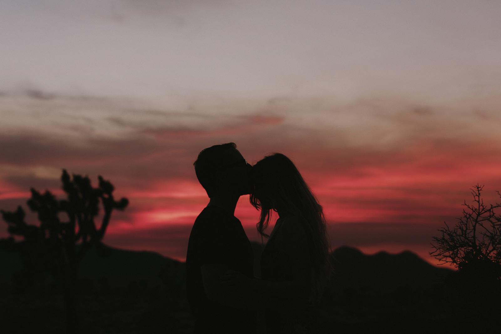 Фото Парень целует девушку