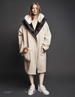 Фото Девушка в пальто с котенком в кармане рекламирует сникеры Nike, by Hasse Nielsen