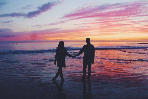 Фото Парень и девушка держаться за руки около моря