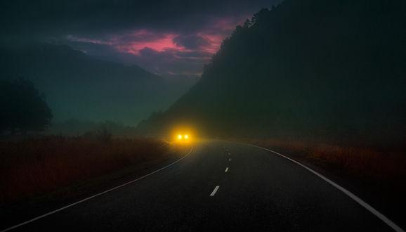Фото Авто едет по ночной дороге