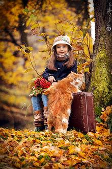 Фото В осеннем лесу девочка сидит на старом чемодане, рядом на задних лапках стоит кот, фотограф Марина Айдинян