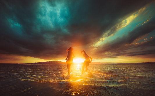 Фото Парень с девушкой в воде на фоне солнца