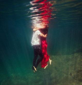 Фото Парень с девушкой под водой