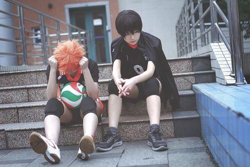 Фото Косплей Shouyou Hinata / Шое Хината с мячом сидит на ступеньках, рядом Kageyama Tobio / Кагеяма Тобио, из аниме Haikyuu! /Волейбол