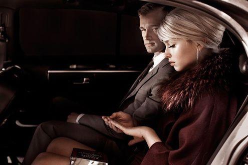 Фото Девушка сидит рядом с мужчиной в авто