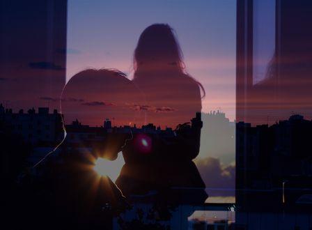 Фото Силуэт парня и девушка у окна