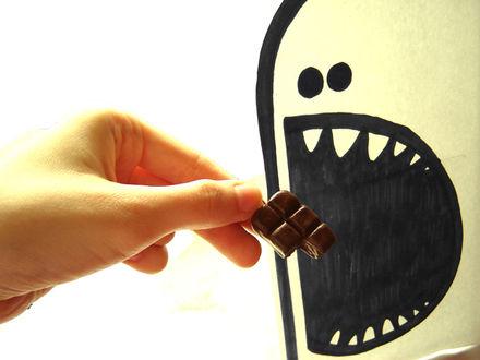 Фото В руке шоколад, который дают нарисованному открытому рту, by greendependence