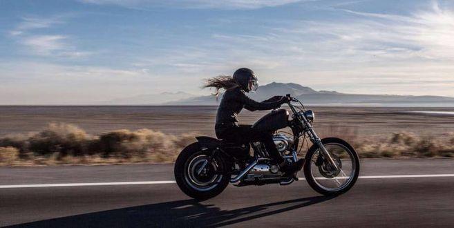 Фото Девушка мчится на мотоцикле