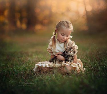 Фото Девочка с котенком сидит на земле, фотограф Lilia Alvarado
