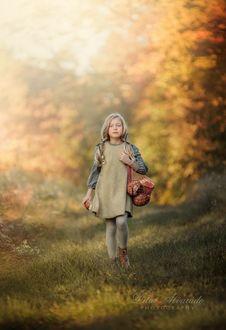 Фото Милая симпатичная девочка с хлебом в авоське, фотограф Lilia Alvarado