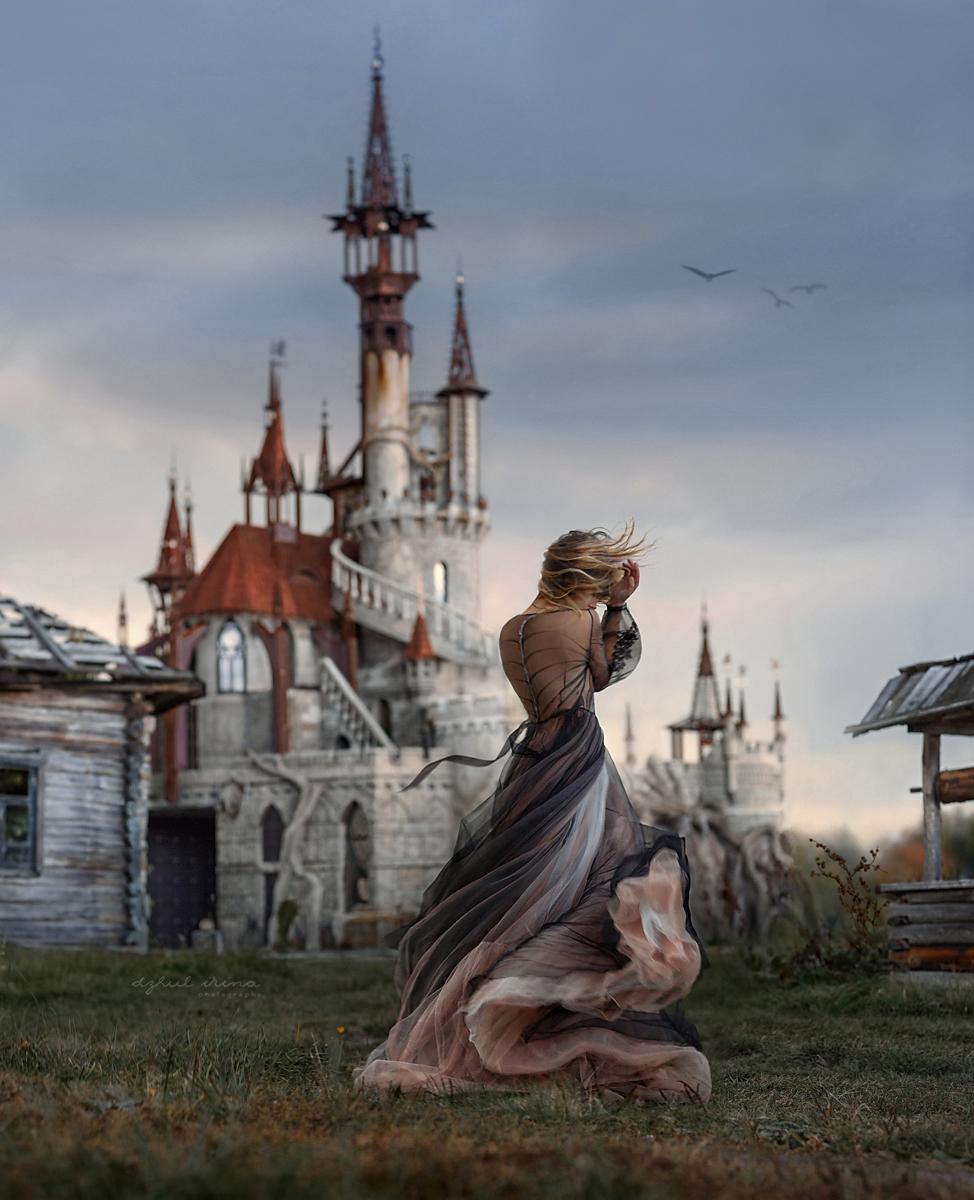 Фото Девушка в длинном платье стоит к нам спиной недалеко от замка, фотограф Ирина Джуль