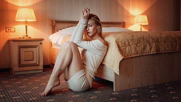 Фото Девушка сидит у кровати на полу, фотограф Георгий Чернядьев