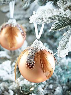 Фото Новогодние шары украшают елочные заснеженные ветки