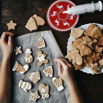 Фото Девушка готовит новогодние печенья