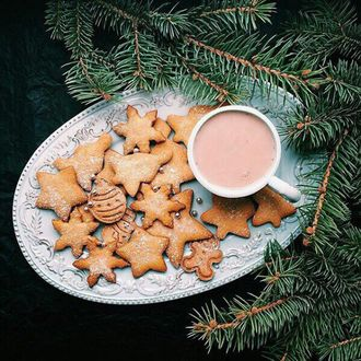 Фото Новогодние печенья и клубничный напиток в чашке