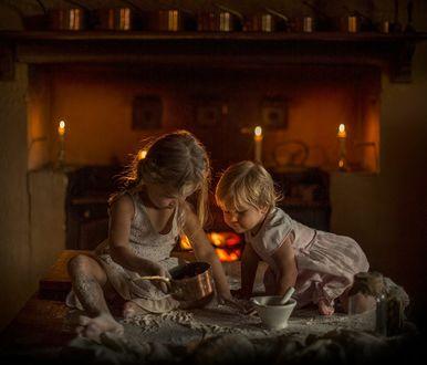 Фото Дети на кухонном столе играют с посудой, фотограф Elena Shumilova