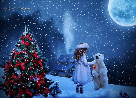 Фото Девочка с белым медвежонком наряжают елку в Новогоднюю ночь