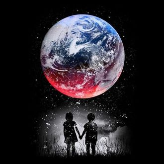 Фото Мальчик и девочка стоят в темноте взявшись за руки и смотрят на небо, на огромную красивую планету Земля