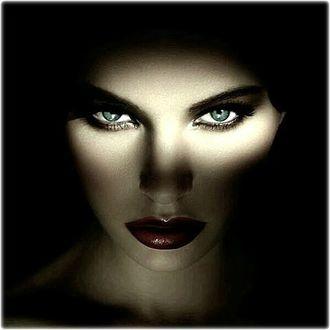 Фото Лицо девушки с большими, серьезными глазами в полутьме