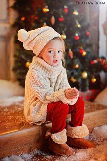 Фото Милая девочка сидит на ступеньках на фоне новогодней елки, фотограф Филатова Ирина