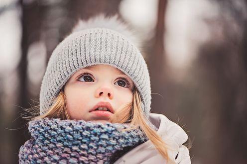 Фото Милая девочка в шапочке и шарфе смотрит вверх, фотограф Мария Евсеева