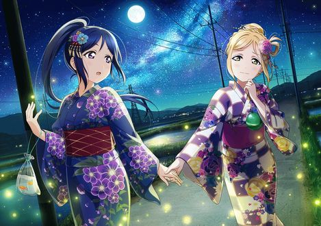 Фото Мари Охара / Mari Ohara взяла за руку Канан Мацуру / Kanan Matsuura. Девушки одеты в юката и стоят на дороге на фоне звездного неба и рисовых полей