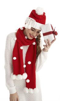 Фото Девушка в вязанных вещах, с подарком в руке