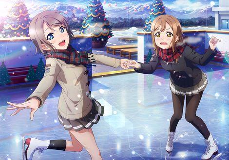 Фото Героини аниме Love Live Sunshine / Живая Любовь! Сияние! катаются на катке: Ватанабе Ю / Watanabe You учит Ханамару Куникиду / Hanamaru Kunikida ездить