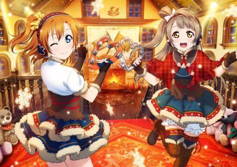 Фото Kousaka Honoka / Косака Хонока и Minami Kotori / Минами Котори из аниме Love Live! / Живая любовь одеты в новогодние костюмы, в руках держат бубны в виде сердечек