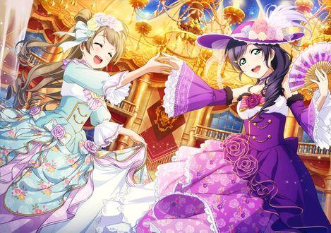 Фото Котори Минами / Kotori Minami и Нодзоми Тоджо (Тодзе) из аниме Живая Любовь / Love Live одеты в пышные платья и стоят посреди красивого бального зала