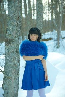 Фото Японская певица Тсугунага Момоко / Tsugunaga Momoko зимой посреди леса только в синем платье с короткими рукавами стоит у дерева