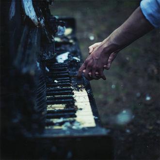 Фото Руки влюбленных на клавишах фортепиано
