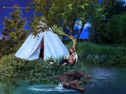 Фото Девушка около палатки раздевается, а крокодил ее оберегает
