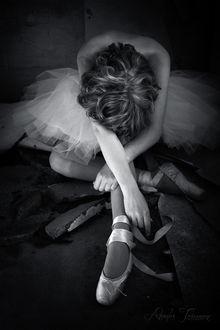 Фото Балерина склонив голову и скрестив руки сидит на дороге, фотограф Jane Doe