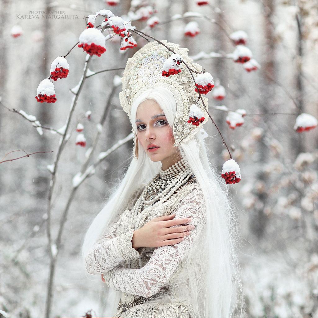 Модель София Глушкова в наряде от дизайнера Дарины Зиминой стоит у ветки рябины в снегу, фотограф Margarita Karev