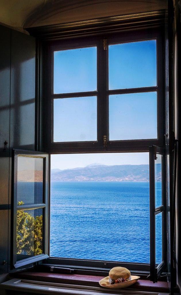 открытое окно на море фото работа будет