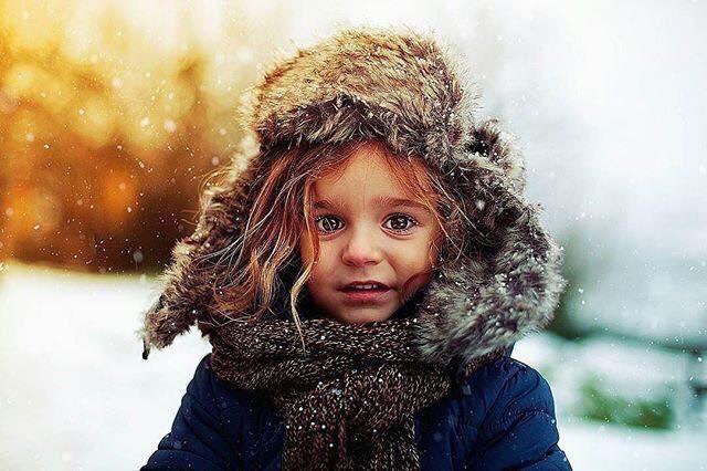 Фото Девочка с большими глазами, укутанная шарфом, и в шапке