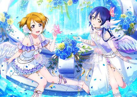 Фото Уми Сонода / Umi Sonoda и Ханае Коидзуми / Hanayo Koizumi из аниме Живая Любовь / Love Live в образе ангелов у фонтана