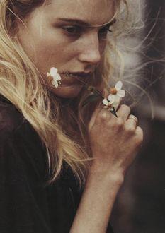 Фото Грустная девушка с цветком