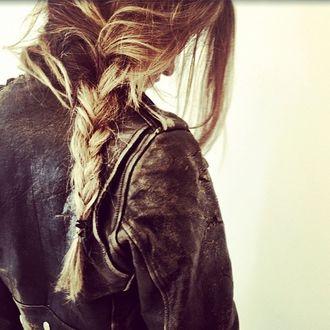 Фото Девушка в потертой кожаной куртке