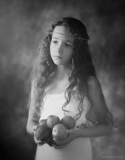 Фото Девочка с венцом на голове и с персиками в руках черно-белые, by Аlina Mayboroda